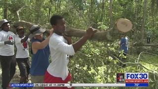 Georgia high school football players help with Hurricane Matthew cleanup…